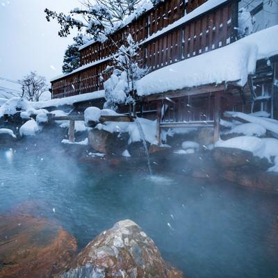 凍えるほどの雪だからこそ感じる源泉かけ流しの露天風呂の魅力の写真