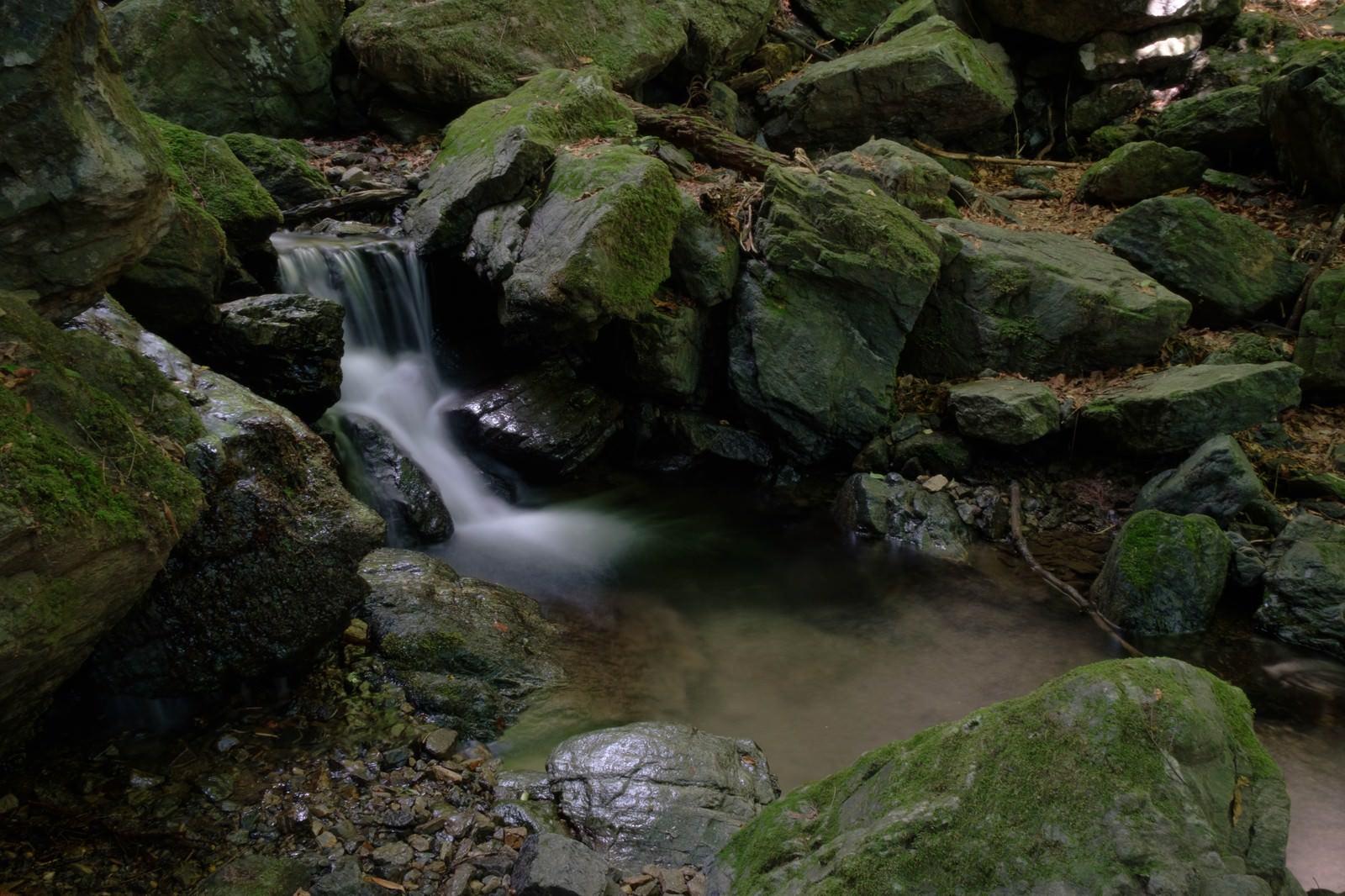 「岩場を流れる小川岩場を流れる小川」のフリー写真素材を拡大