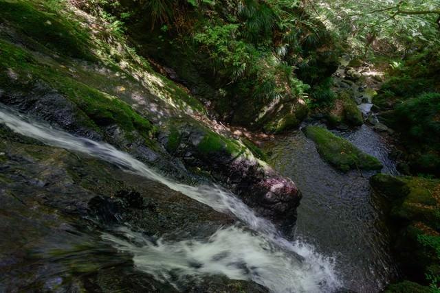 岩場を流れるきれいな水の写真
