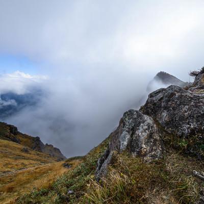 山頂に登るも雲で景観を遮られるの写真
