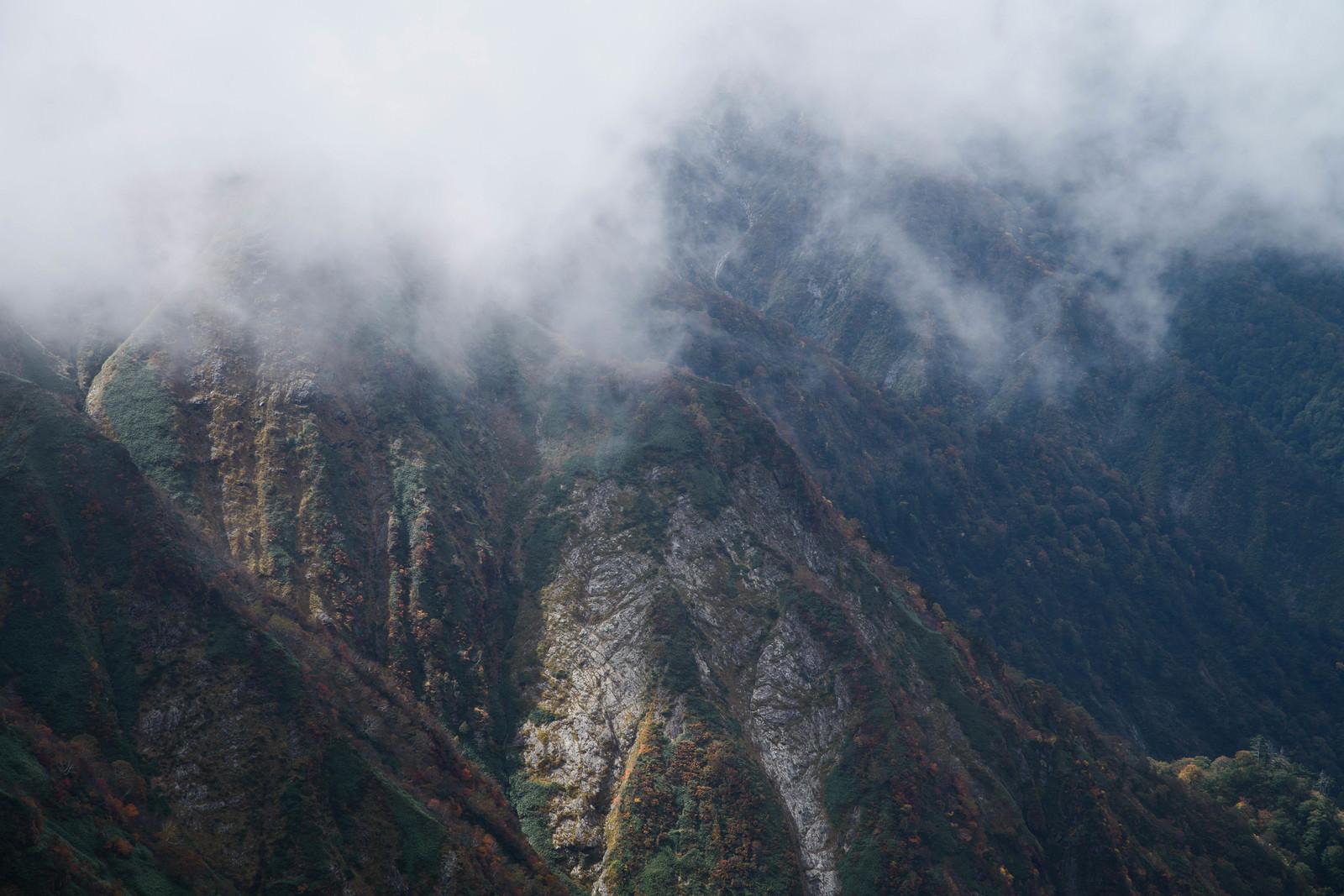 「モヤがかかる谷川岳(秋)」の写真