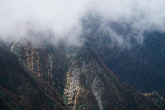 モヤがかかる谷川岳(秋)の写真