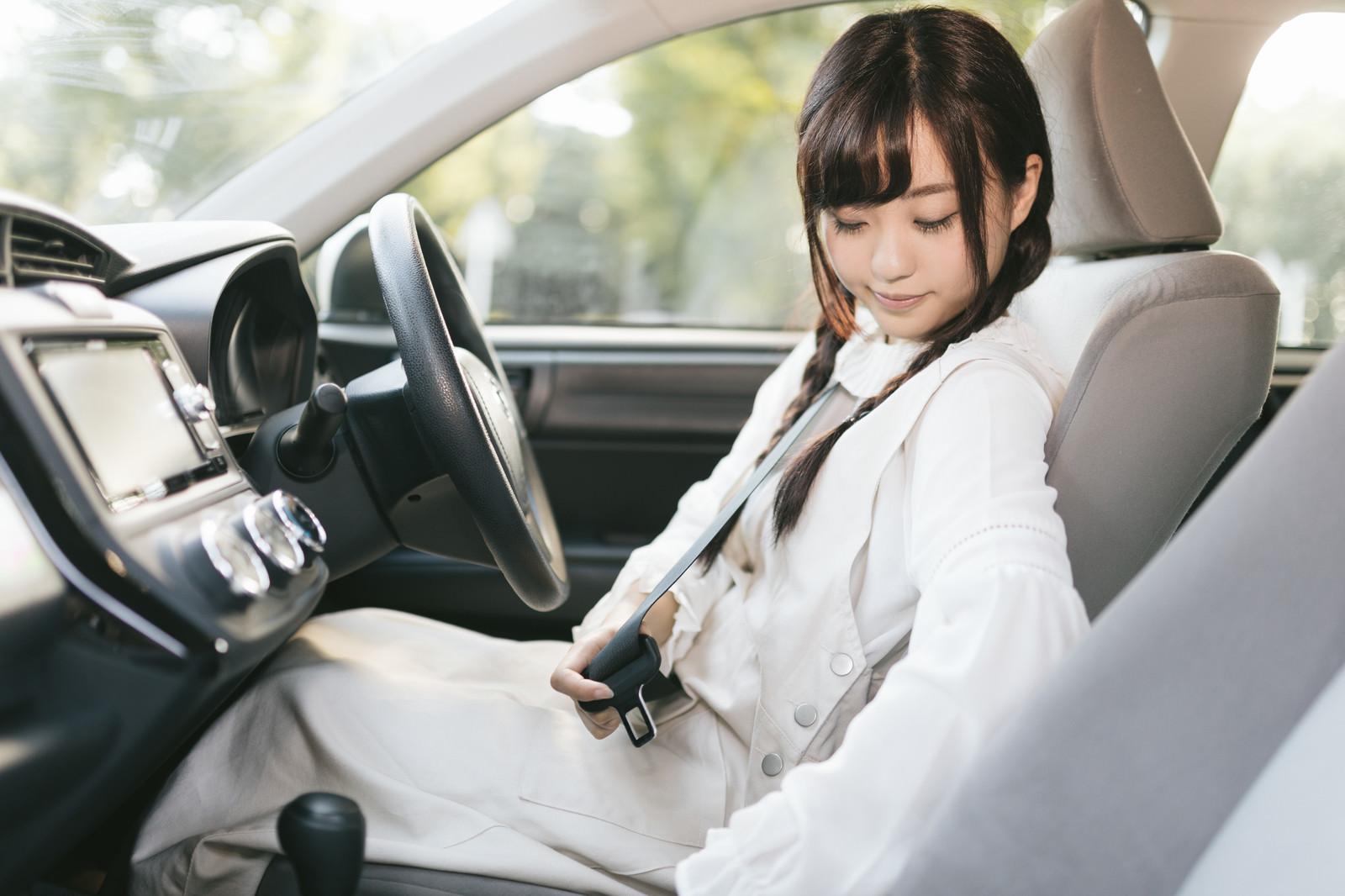 「シートベルトを装着しましょう」の写真[モデル:河村友歌]