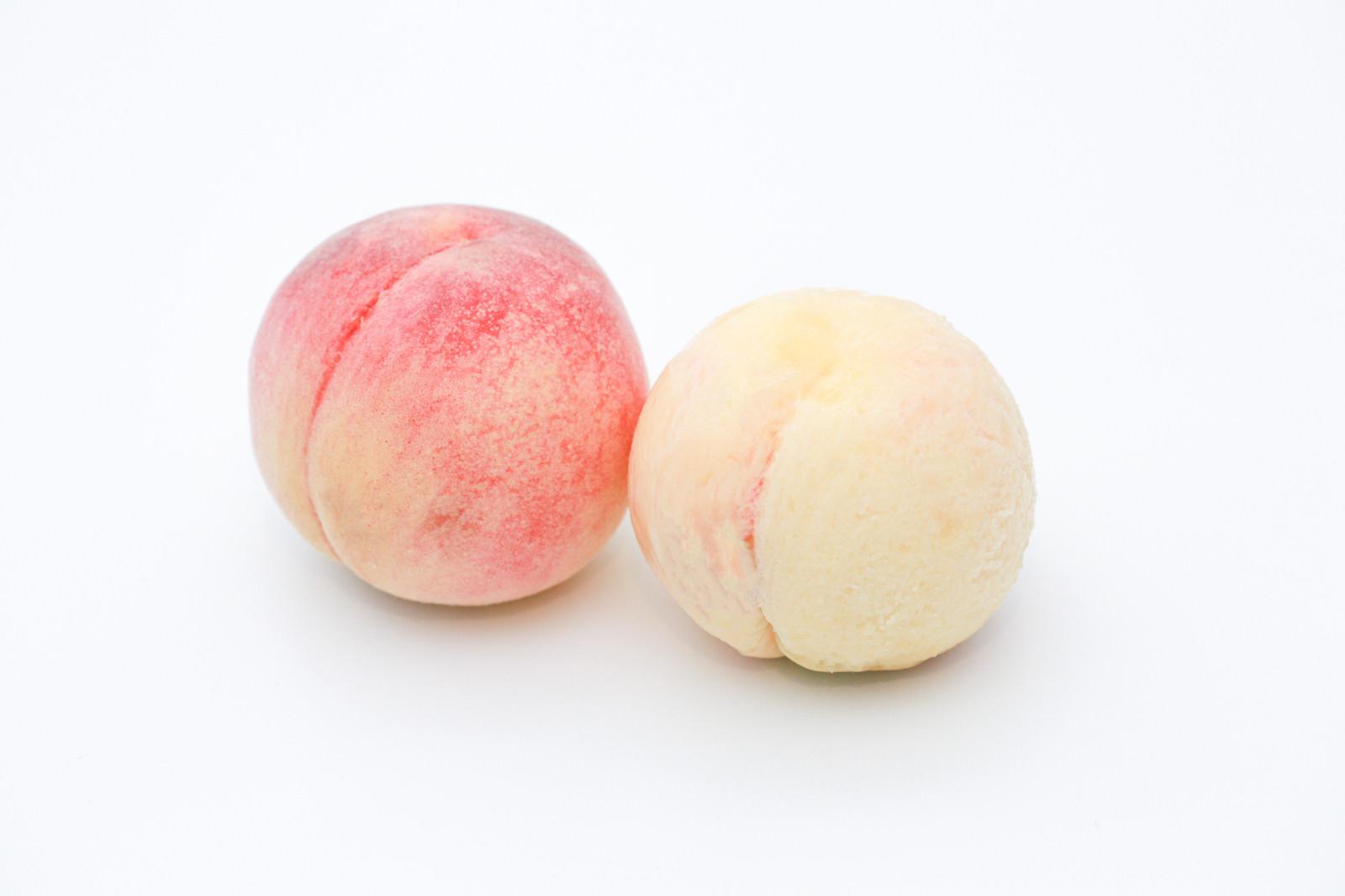「皮を剥いた桃と剥く前の桃」の写真