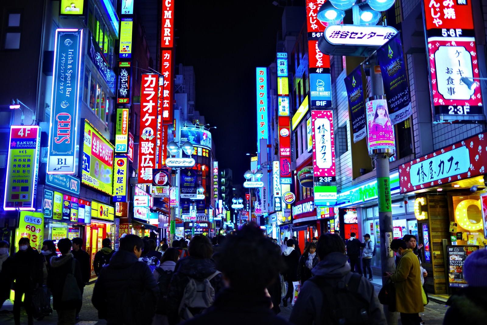 「渋谷センター街のネオンギラギラ」の写真
