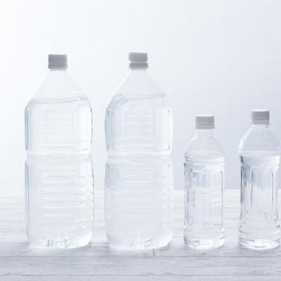 「2Lペットボトル2本と500mLペットボトル2本」の写真素材