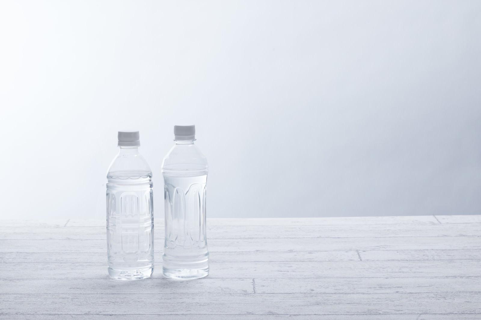 「ミネラルウォーターが入ったペットボトル500ml」の写真