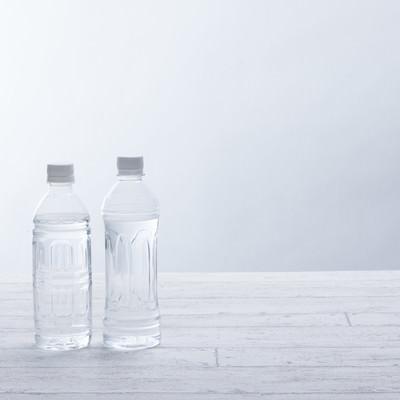 「ミネラルウォーターが入ったペットボトル500ml」の写真素材