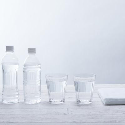 「ペットボトル2本とグラスの水」の写真素材