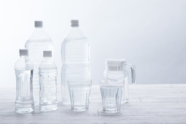 テーブル上の飲料水(ペットボトルグラス)の写真
