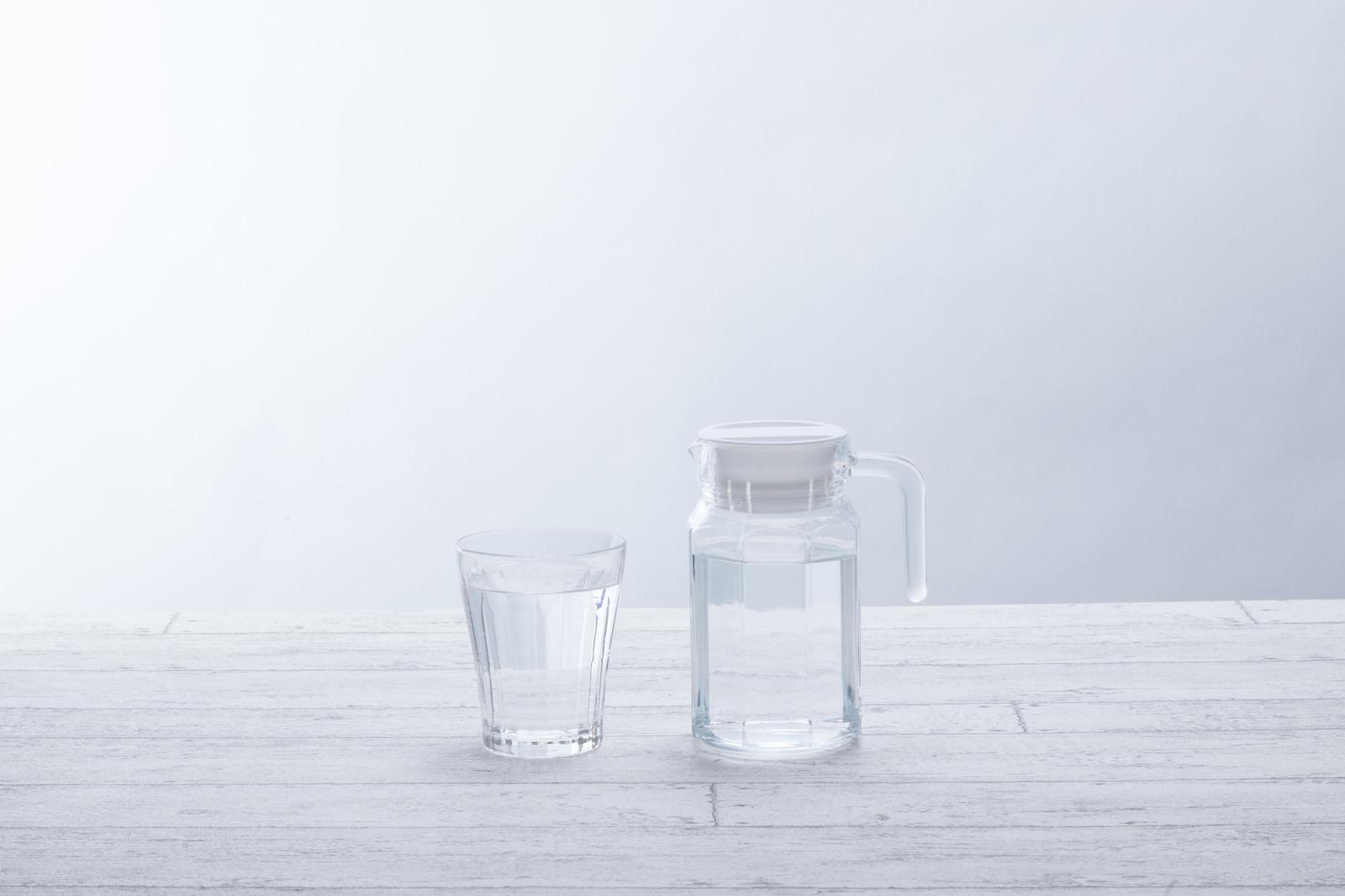 「水が入ったグラスとポット」の写真