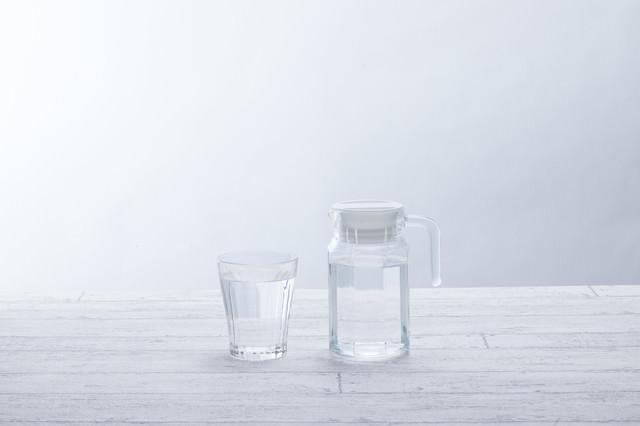 水が入ったグラスとポットの写真
