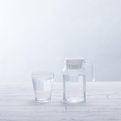 「水が入ったグラスとポット」の写真素材