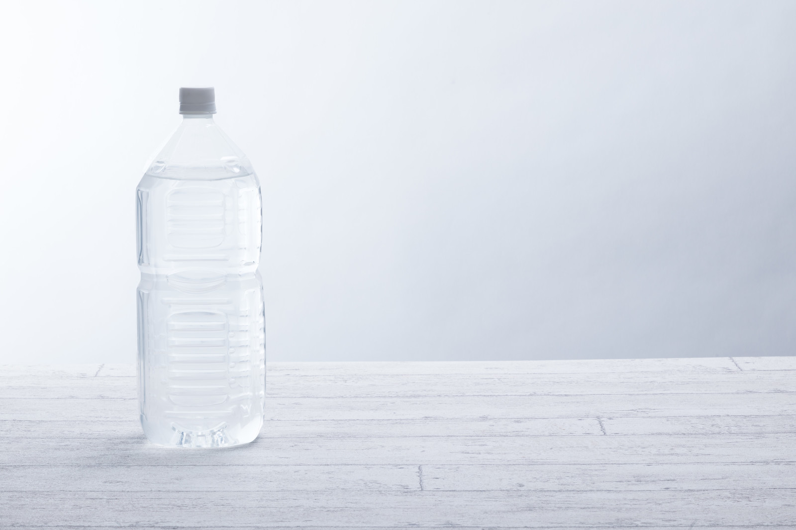 「ミネラルウォーターが入った2リットルペットボトル」の写真