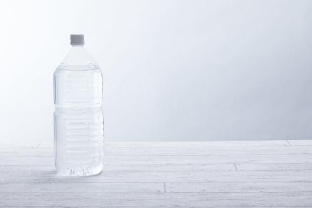 ミネラルウォーターが入った2リットルペットボトルの写真