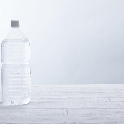 「ミネラルウォーターが入った2リットルペットボトル」の写真素材