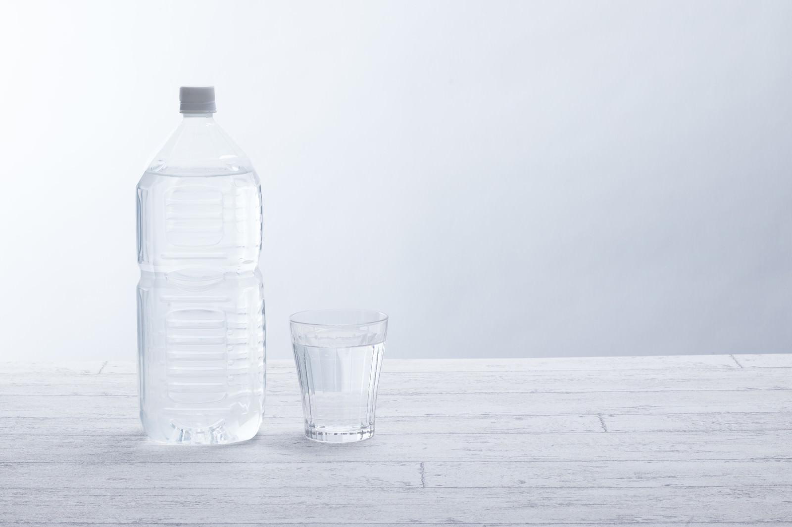 「2リットルペットボトルとグラス」の写真