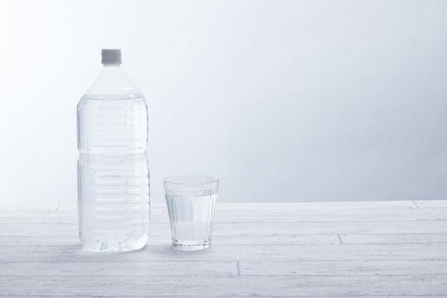 2リットルペットボトルとグラスの写真