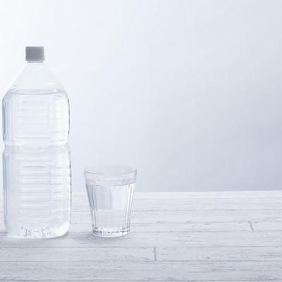 「2リットルペットボトルとグラス」の写真素材