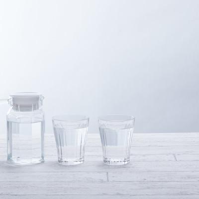 「グラスに注がれたミネラルウォーター」の写真素材