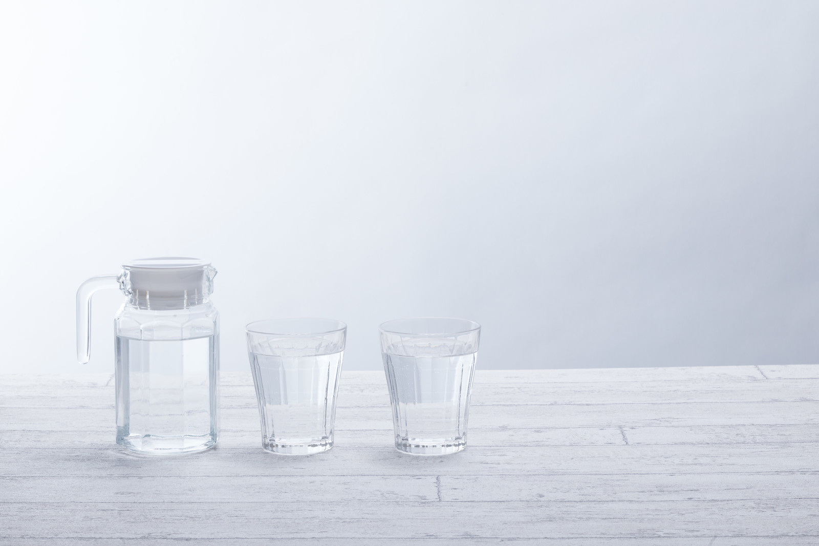 「テーブル上のグラスとポット」の写真