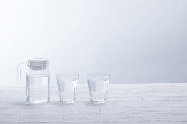 テーブル上のグラスとポットの写真