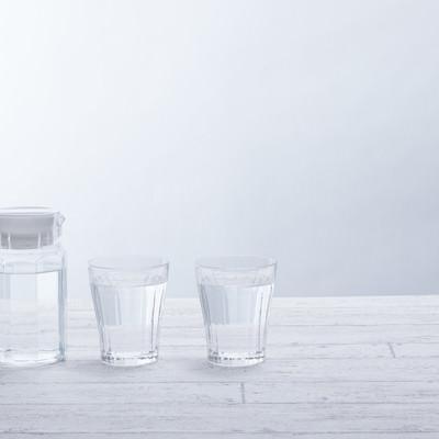 「テーブル上のグラスとポット」の写真素材
