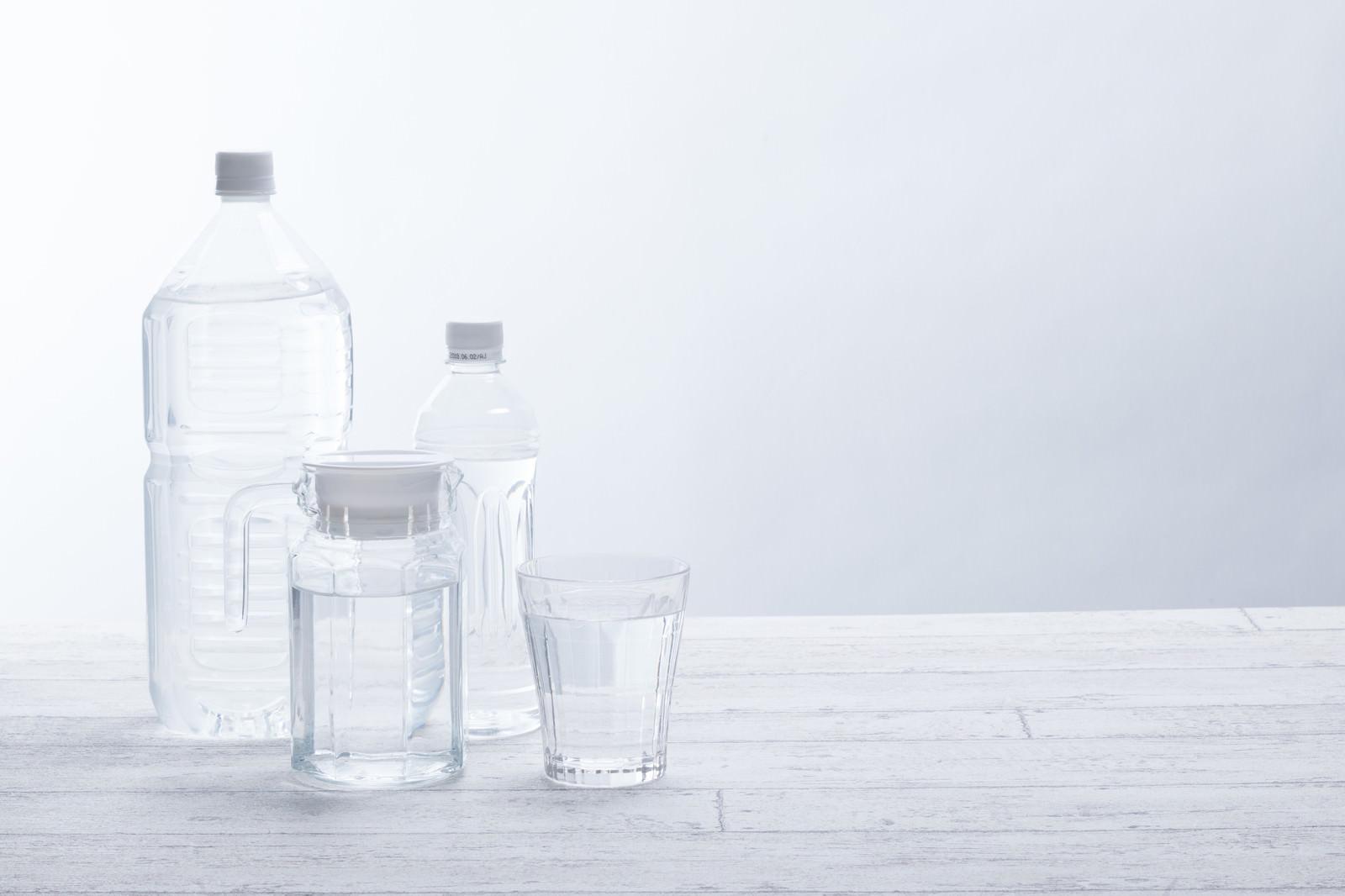 「ペットボトルと飲料水」の写真