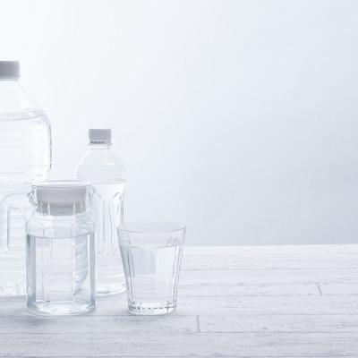 ペットボトルと飲料水の写真