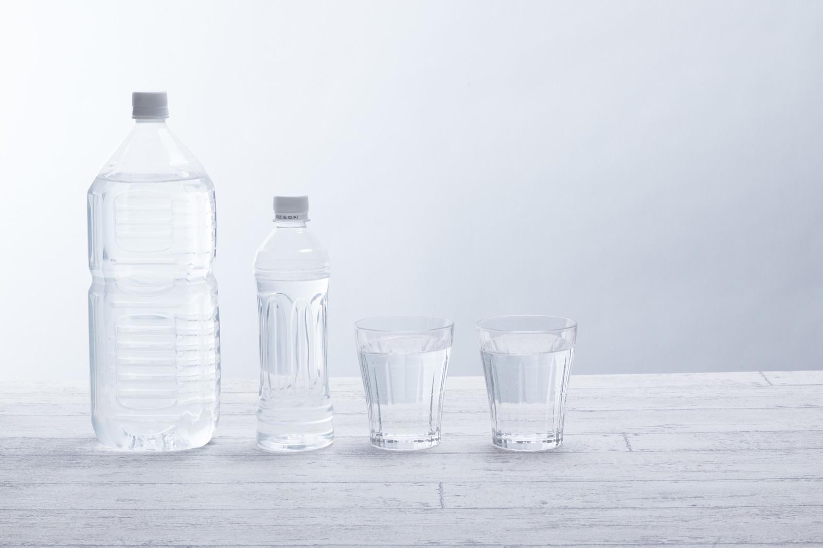 「ペットボトルとグラスのミネラルウォーターペットボトルとグラスのミネラルウォーター」のフリー写真素材を拡大