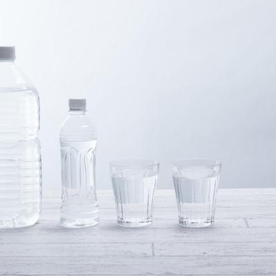 「ペットボトルとグラスのミネラルウォーター」の写真素材