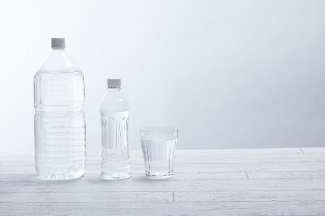 水分補給にミネラルウォーターの写真