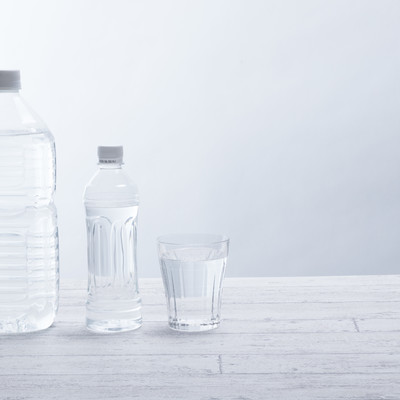 「水分補給にミネラルウォーター」の写真素材