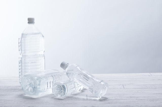 ペットボトルの奪い合いの写真