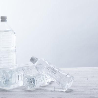 「ペットボトルの奪い合い」の写真素材