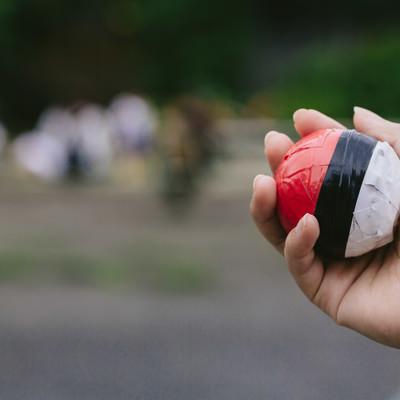 人だかりと紅白ボールの写真