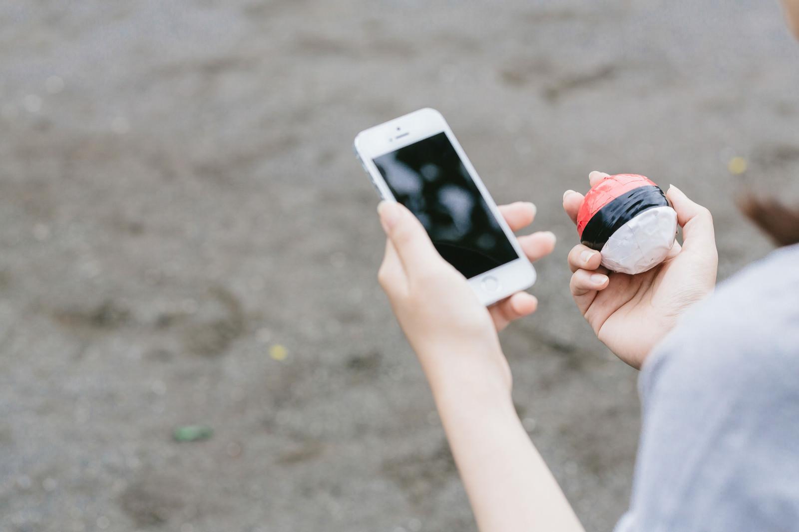「歩きながらのゲームは大変危険です | 写真の無料素材・フリー素材 - ぱくたそ」の写真