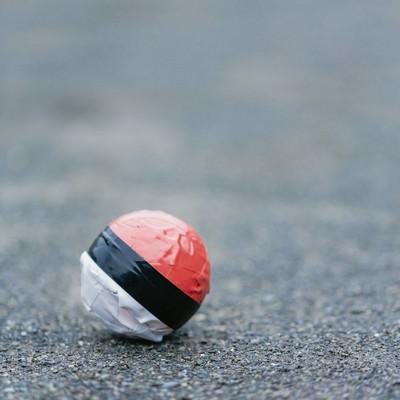 いつの間にかポツンと忘れ去られた紅白ボールの写真