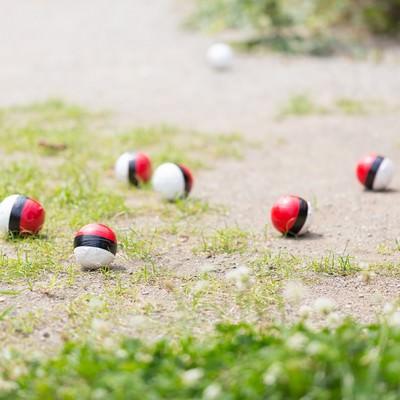 「近くに住む紅白ボールが次第に集まってきた」の写真素材