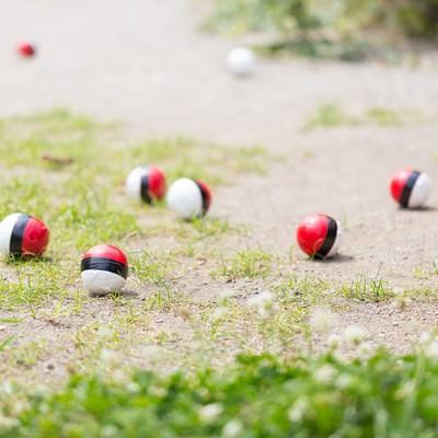 「いつの間にか知らない紅白ボールが増えてくる」の写真素材