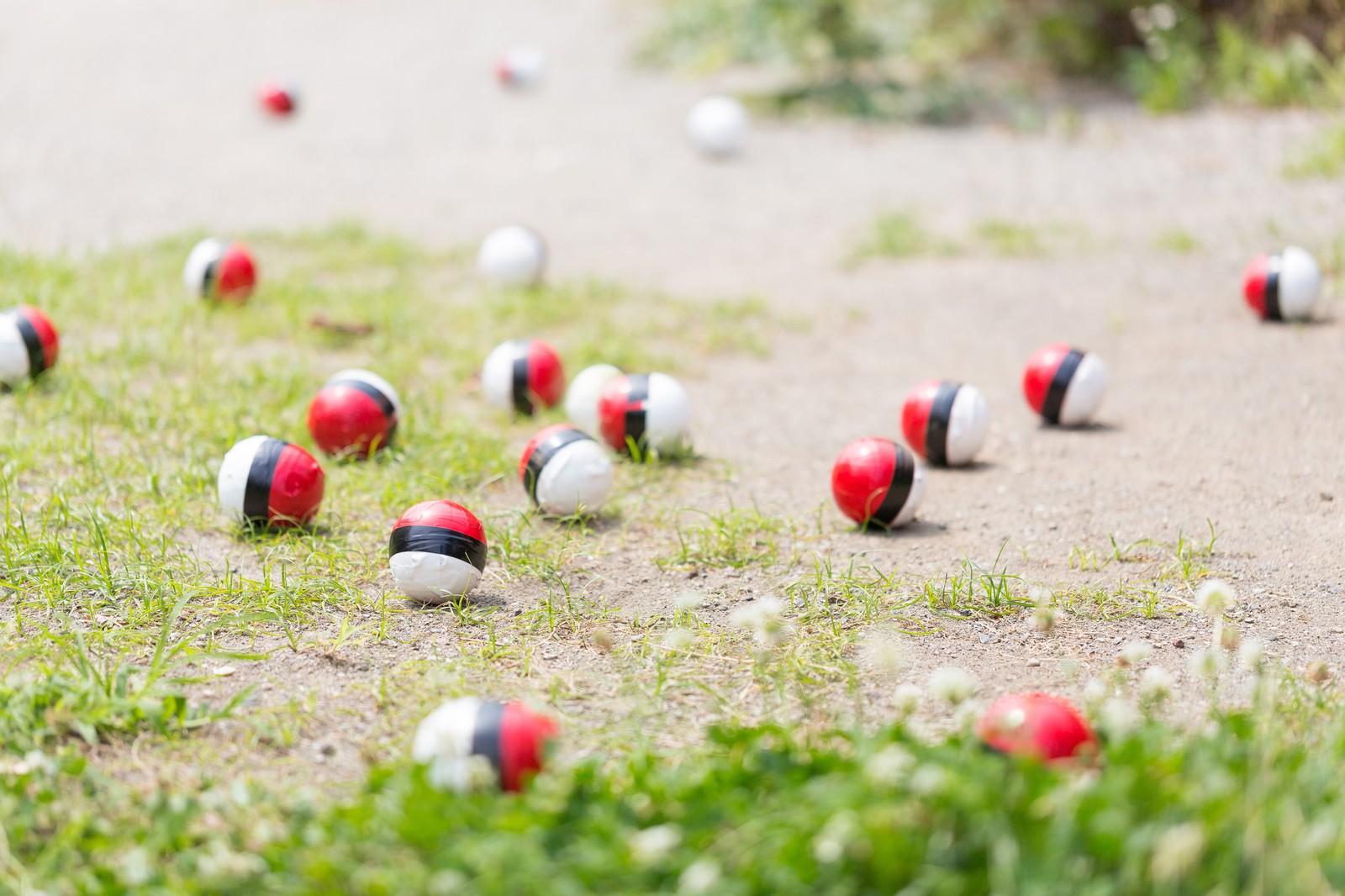 「SNSで拡散され紅白ボールが集合」の写真