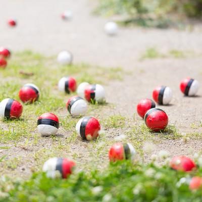 「紅白ボールの人気がメディアに紹介される」の写真素材