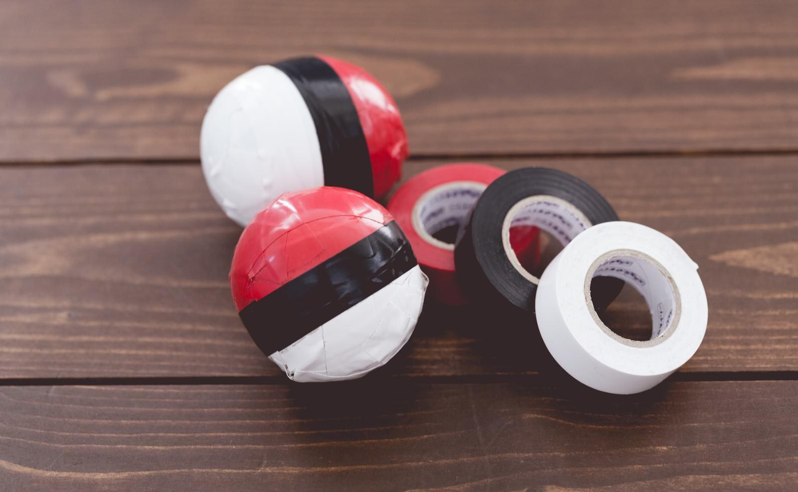 「ビニールテープで紅白ボールを作りました」の写真