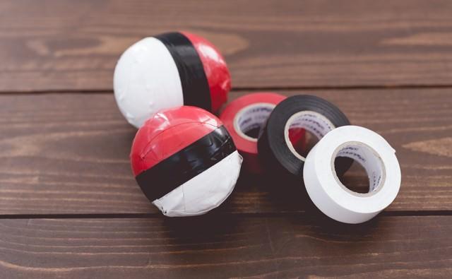 ビニールテープで紅白ボールを作りましたの写真