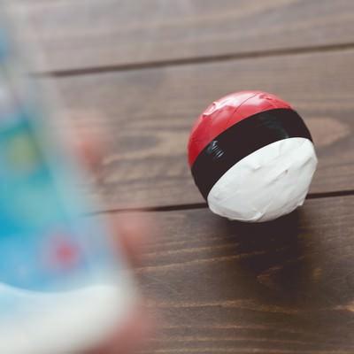 「スマホアプリで紅白ボールを操作する」の写真素材
