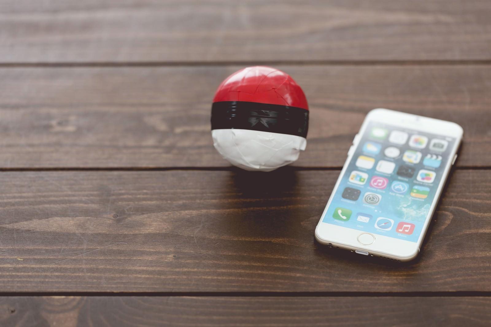「テーブルに置かれた雑な紅白ボールとスマホ」の写真