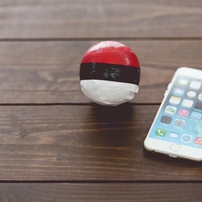 「テーブルに置かれた雑な紅白ボールとスマホ」の写真素材