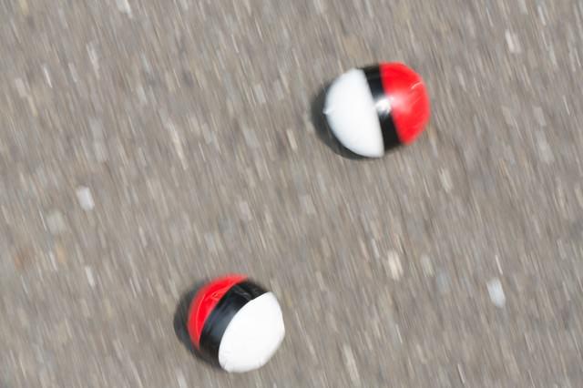 路上に転がる紅白ボールの写真