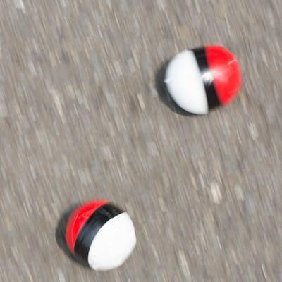 「路上に転がる紅白ボール」の写真素材