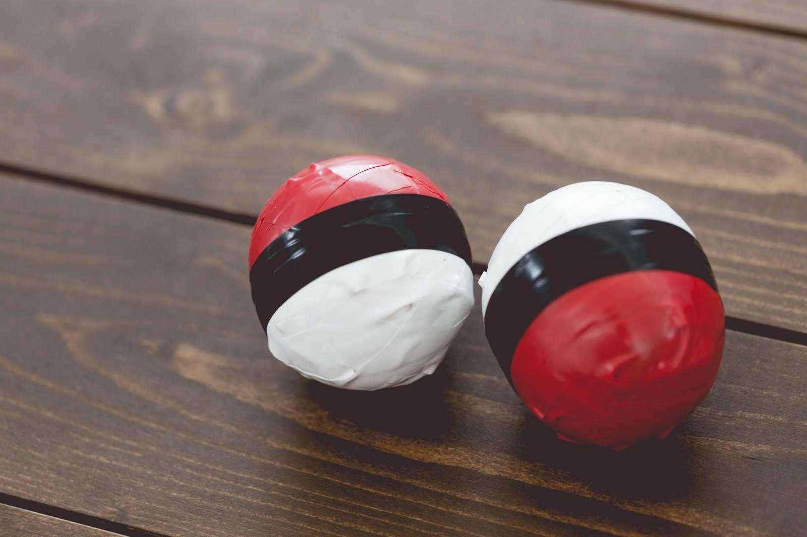「手作り感満載の紅白ボール」の写真